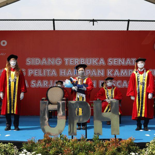 """Wisudawan UPH Kampus Surabaya Siap Menjadi """"Agent of Transformation"""" di Dunia Nyata."""